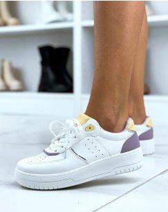 Baskets blanches à détails violet et jaune