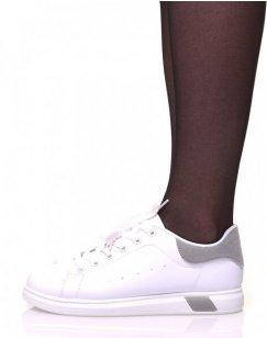Baskets blanches à lacets avec détails gris
