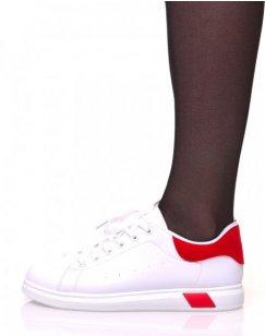 Baskets blanches à lacets avec détails rouges