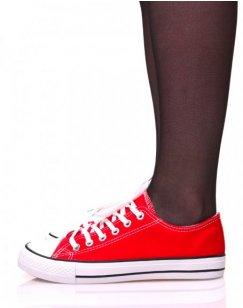 Baskets en toile rouges à lacets blancs et liserés noirs