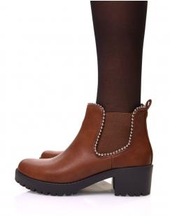 Chelsea boots camelles à talon et semelle crantée et perles