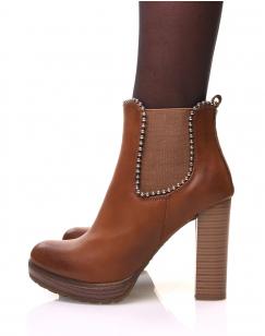 Chelsea boots camelles à talons et détails perles