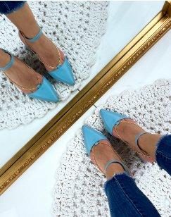 Escarpins bleu à talons carrés à bout pointu et chaine dorée