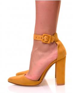 Escarpins jaunes en suédine à talons carrés
