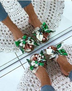 Mules blanches et vertes à larges brides et détail foulard