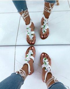Nu-pieds blancs ornés de perles blanches et vertes
