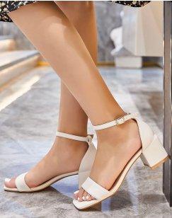 Sandale beige à petit talon carré