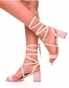 Sandales à petits talons carrés beige et lacets en suédine
