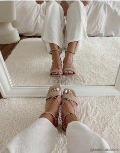 Sandales à talon beiges à chaînes tombantes