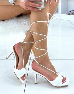 Sandales à talon blanches à lacet montant et bride torsadée