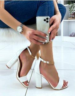 Sandales à talon blanches effet croco à chaîne dorée