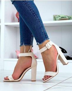 Sandales à talon en suédine beige à boucle carré