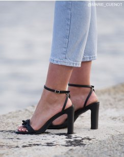 Sandales à talon noires à fines brides et chaîne matte