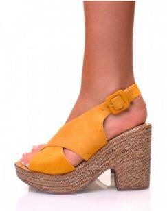 Sandales à talons compensés effet sabot en suédine jaune
