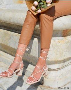 Sandales beiges à petit talon et multiples lanières