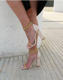 Sandales beiges à talon carré à chaînes dorées