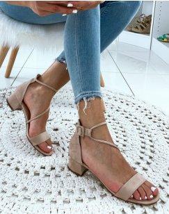 Sandales beiges à talons et à lanières entrecroisées