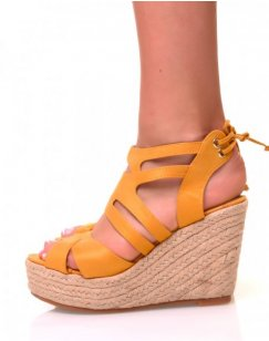 Sandales en suédine jaune à talons compensés
