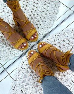 Sandales en suédine jaunes à petits talons et à lacets chevilles