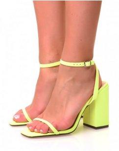 Sandales jaunes néon à large talons carrés