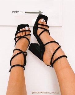 Sandales noires à talons carrés et à fines lanières entrecroisées