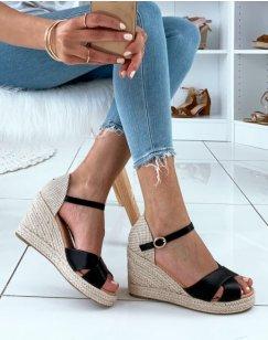 Sandales noires à talons compensés et à lanières croisées