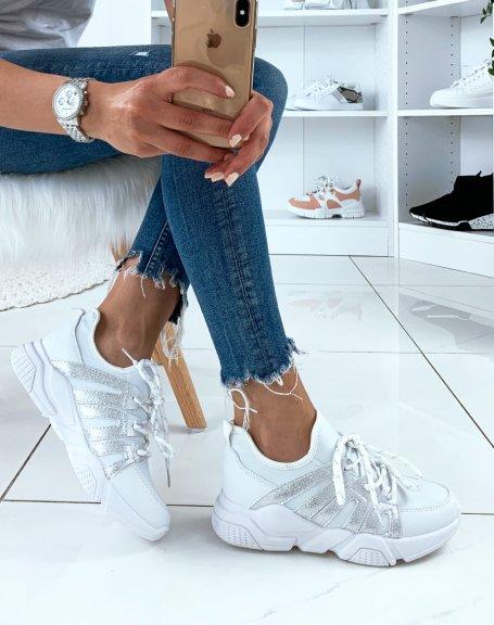 Baskets blanches à empiècements argentés et lacets fantaisies