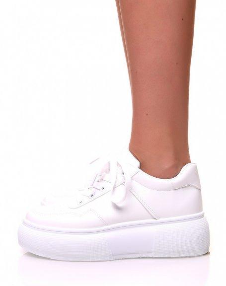 Baskets blanches à lacets et à plateformes hautes blanches