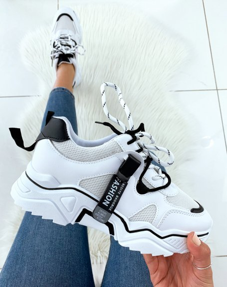 Baskets blanches et noires à semelle épaisse