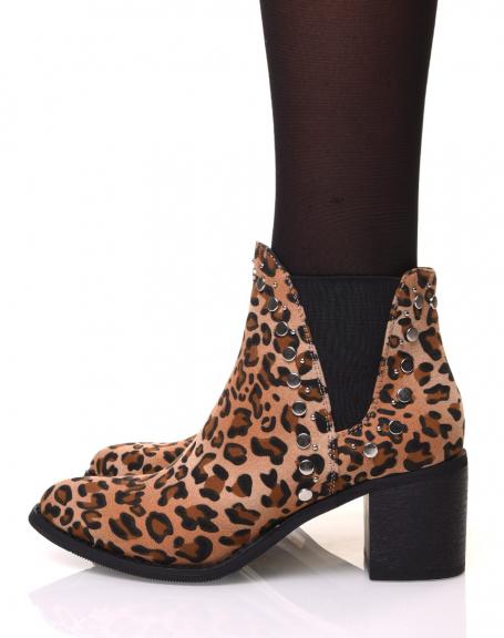 Bottines à talon aux motifs leopard et détails cloutés
