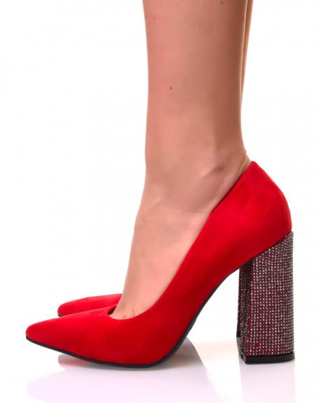 Escarpins en suédine rouges à talons à strass carrés