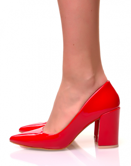 Escarpins vernis rouges à talons carrés et à bouts pointus