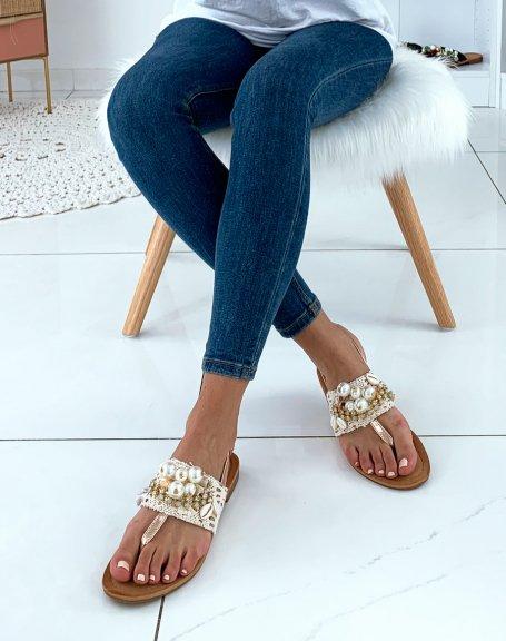 Nu-pieds beiges ornées de dentelle de perles et de strass