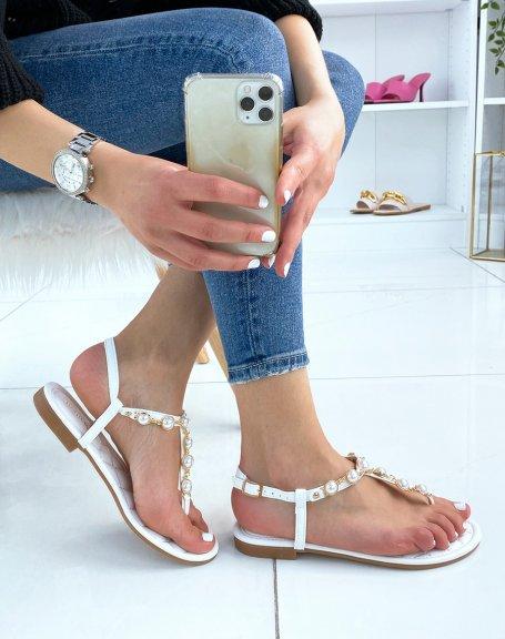 Nu-pieds blancs ornés de perles blanches