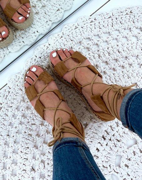 Nu-pieds en suédine camel à plateforme et à lacets