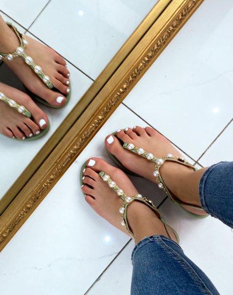 Nu-pieds vert pastel ornés de perles blanches