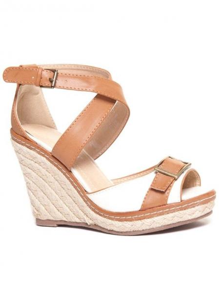 Sandale beige à talon tressé avec boucle dorée sur l'avant