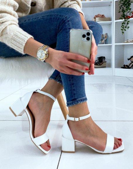 Sandale blanche à petit talon carré