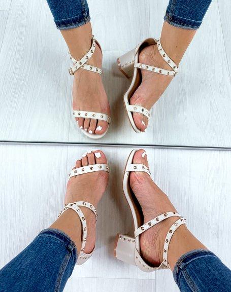 Sandales à talon beiges cloutées