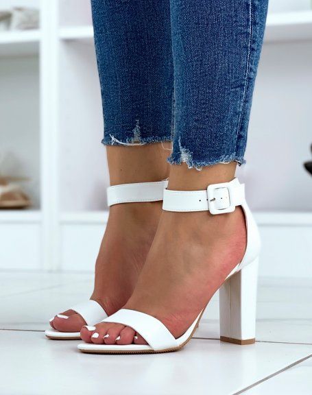 Sandales à talon blanches à boucle carrée