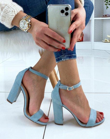 Sandales à talon en suédine bleu pastel à boucle dorée