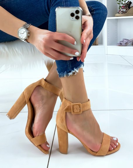 Sandales à talon en suédine camel à boucle carré