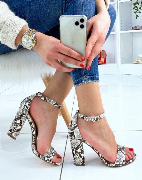 Sandales à talon en suédine effet python à boucle dorée
