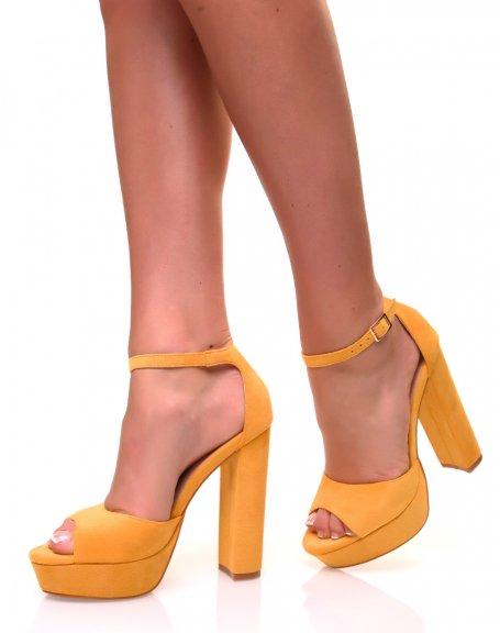 Sandales à talons carrés et larges plateformes en suédine jaune