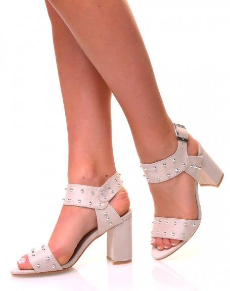 Sandales beiges ouvertes ajourées de perles métalliques