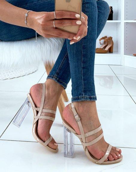 Sandales beiges vernies à multiples lanières et à talons carrés transparents