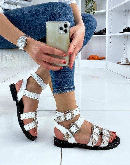 Sandales blanches à multiples brides ajustables cloutées