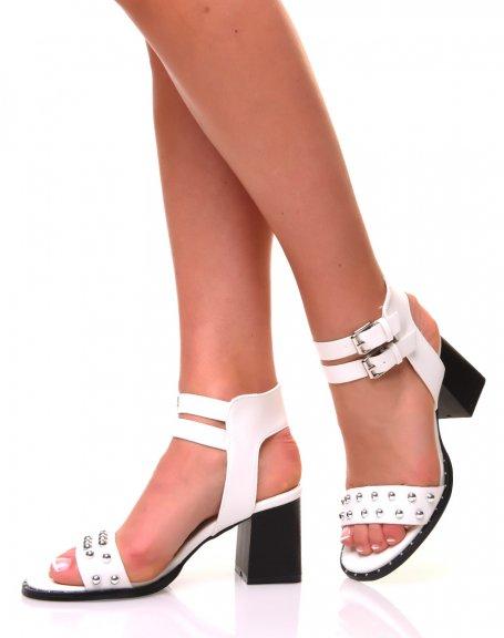 Sandales blanches ajourées de perles métalliques