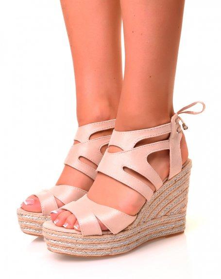 Sandales compensées beiges en suédine à détails argentés et lacets