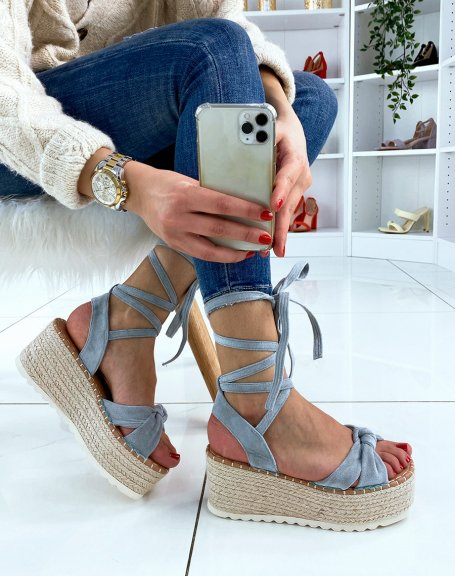 Sandales compensées en suédine bleu pastel à lacets